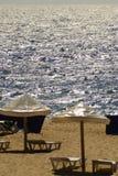 Loungers парасоля и солнца на песке пляжа Стоковое Изображение