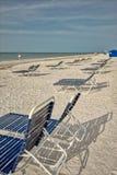 Loungers пляжа в песке стоковое изображение