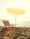 Loungers пляжа на восходе солнца Стоковая Фотография