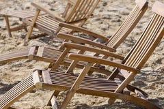 Loungers Солнця на пляже стоковое изображение