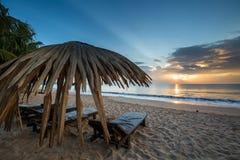 Loungers Солнця с зонтиком на пляже, восходом солнца Стоковая Фотография RF