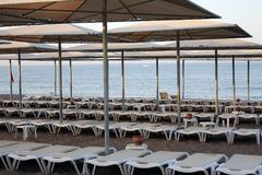 Loungers Солнця с зонтиком на пляже Туристическая индустрия Стоковая Фотография RF
