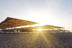 Loungers Солнця с зонтиком на пляже Туристическая индустрия Стоковое Изображение