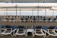 Loungers Солнця с зонтиком на пляже Туристическая индустрия Стоковая Фотография