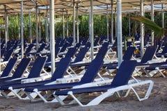Loungers Солнця с зонтиком на пляже Туристическая индустрия Стоковые Изображения RF