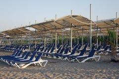 Loungers Солнця с зонтиком на пляже Туристическая индустрия Стоковое Изображение RF