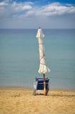 Loungers Солнця с зонтиком на пляже Стоковое Изображение RF