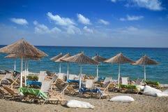 Loungers Солнця с зонтиком на пляже Стоковые Фотографии RF