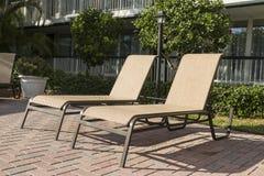 2 loungers солнца бассейном Флорида Стоковые Изображения