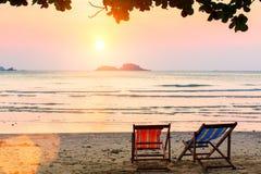 2 loungers солнца в курорте на море Стоковая Фотография