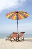 2 loungers солнца и зонтик на пляже Стоковые Изображения