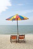 2 loungers солнца и зонтик Стоковые Фото