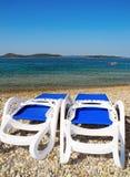 2 loungers солнца на пляже в Vodice Стоковые Фото