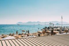 Loungers солнца пляжа Chaise-longues на пляже Стоковое фото RF