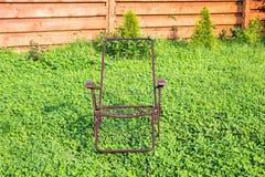 Loungers солнца рамки металла на траве Стоковая Фотография