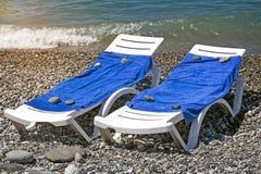 2 loungers солнца для ослаблять морем Стоковое Изображение RF