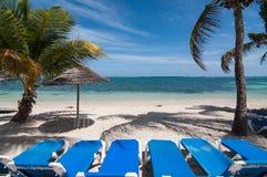 Loungers Солнця на карибском пляже Стоковые Фотографии RF