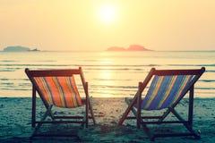 Loungers Солнця на пляже моря ослабьте Стоковые Изображения
