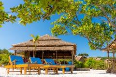 Loungers Солнця на пляже на курорте стоковая фотография rf