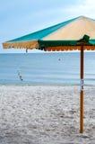 Loungers Солнця под зонтиком Стоковое Фото