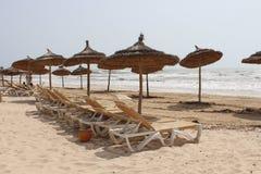 Loungers Солнця с зонтиками на береге моря Стоковое Изображение RF
