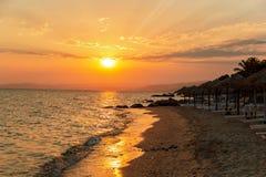 Loungers Солнця с зонтиком на пляже Стоковые Изображения