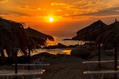 Loungers Солнця с зонтиком на пляже Стоковые Фото