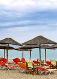 Loungers Солнця с утром зонтика на пляже Стоковое фото RF