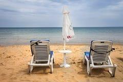 2 loungers с зонтиком Стоковая Фотография RF