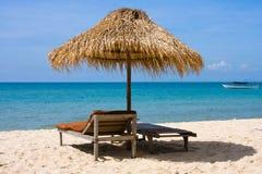 Loungers de Sun com um guarda-chuva Fotos de Stock Royalty Free