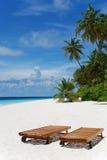 Loungers de Sun nos Maldives imagens de stock
