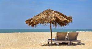 Loungers desserted plażowy niebieskie niebo Fotografia Royalty Free