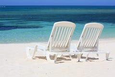Loungers di Sun che affrontano il mare caraibico fotografie stock libere da diritti