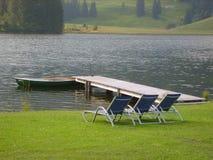 Loungers di Sun dal lago fotografie stock