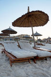 Loungers di Sun su una spiaggia tropicale fotografia stock libera da diritti