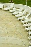Loungers di Sun sul patio dell'hotel fotografia stock