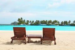 Loungers di Sun sulla spiaggia fotografie stock libere da diritti