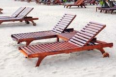 Loungers di Sun sulla spiaggia immagine stock libera da diritti