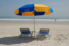 Loungers di Sun sulla spiaggia Fotografia Stock Libera da Diritti
