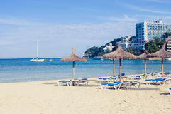 Loungers e guarda-chuvas da praia imagens de stock
