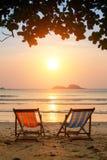 Loungers na morzu wyrzucać na brzeg przy zadziwiającym wschodem słońca Natura Obrazy Royalty Free