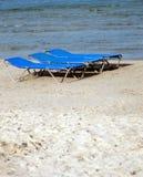 Loungers o basi di Sun sulla spiaggia sabbiosa immagini stock libere da diritti