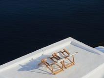Loungers в Santorini Стоковые Фото