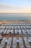 Loungers vazios na praia. Foto de Stock