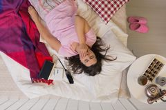 Lounging在床上用巧克力 免版税库存照片