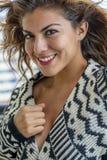 Lounging Around At modelo moreno latino-americano bonito um recurso imagem de stock royalty free