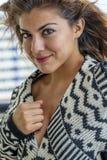Lounging Around At modelo moreno latino-americano bonito um recurso imagem de stock