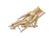 Lounging em uma cadeira de praia Fotografia de Stock Royalty Free