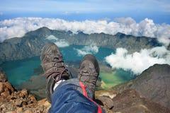 Lounging en el pico de montaña foto de archivo