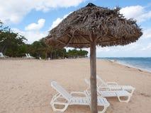 Lounging Stühle an einem Strandurlaubsort stockbild